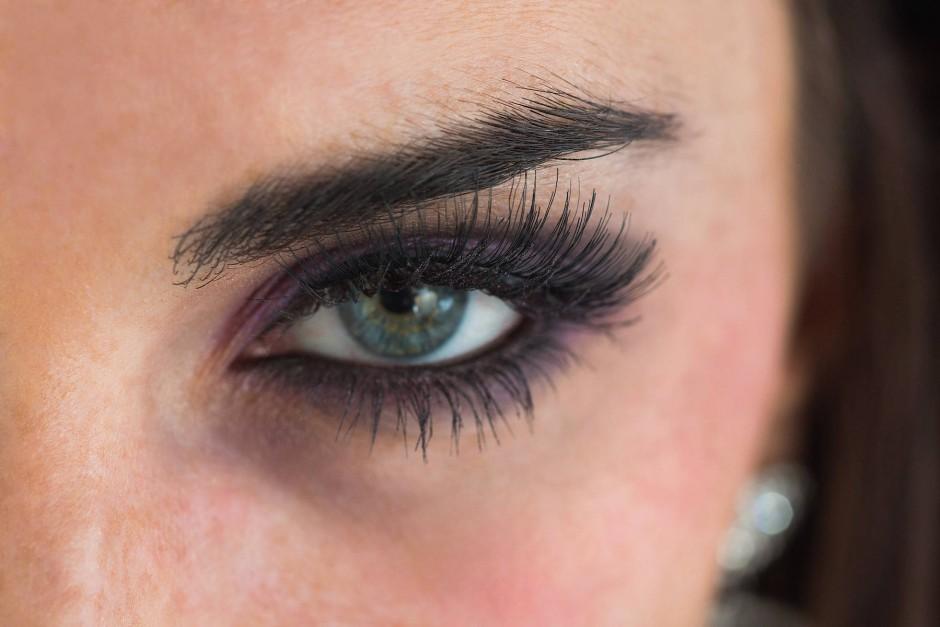 Für verstärktes Wimpernwachstum nehmen manche Frauen sogar das Risiko ernster Nebenwirkungen in Kauf.