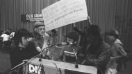 """""""Stadtindianer"""" - Mitglieder der sogenannten Indianerkommune - besetzen das Podium auf dem Grünen-Parteitag 1980"""