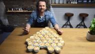 Bekommt Heiratsanträge und Jobangebote per Mail: Barista Dritan Alsela in seinem Düsseldorfer Cafe