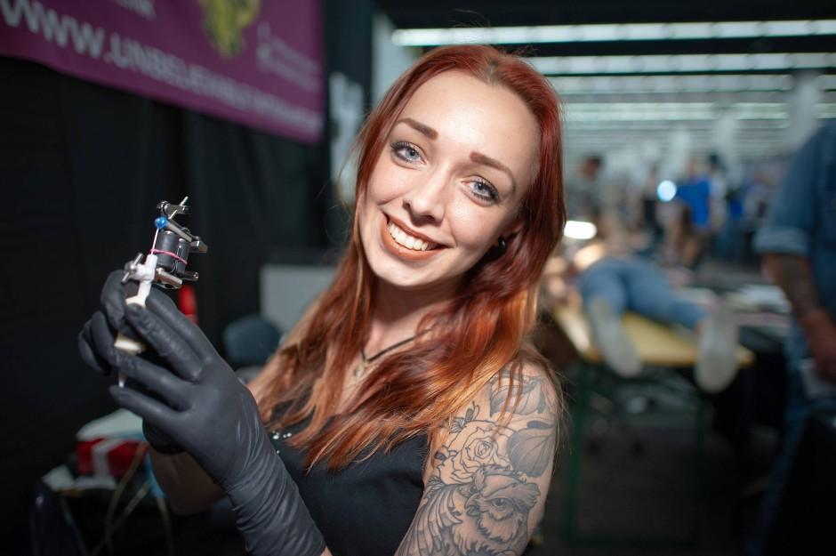 "Tätowiererin: Jacky Flegel tätowiert im ""Unbelievable Tattoo Art"" Tattoo-Studio in Offenbach."