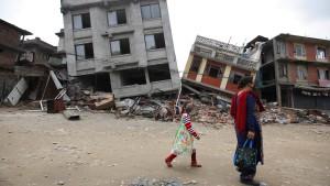 Retter finden noch vier Überlebende in den Trümmern