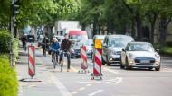Mehr Platz für Pedalisten: Nach der Aufhebung der Benutzungspflicht des Radwegs entlang der Bockenheimer Landstraße in Frankfurt können Radfahrer nun auch auf einem gelb markierten Radstreifen auf der Fahrbahn unterwegs sein.