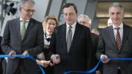 EZB-Präsident Mario Draghi, eingerahmt vom hessischen Wirtschaftsminister Tarek Al-Wazir (l.) und dem Frankfurter Oberbürgermeister Peter Feldmann