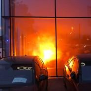 Autohaus in Nordrhein-Westfalen: Ein Hybridauto hat Feuer gefangen.