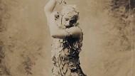 """Stramm die Beine in brauner Seide: Elna Metamoros' Buch """"Dance and Costumes"""""""