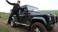 Die Parteiführerin der schottischen Konservativen, Ruth Davidson, am Land Rover Defender.