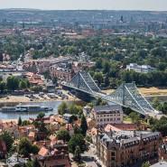 """Der historische Schaufelraddampfer """"Leipzig"""" der Sächsischen Dampfschiffahrt fährt auf der Elbe nahe der Brücke """"Blaues Wunder"""" entlang."""