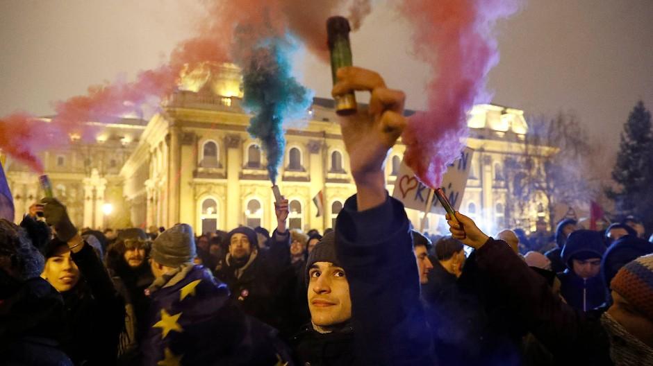 Demonstranten vor dem Palais Sándor in Budapest