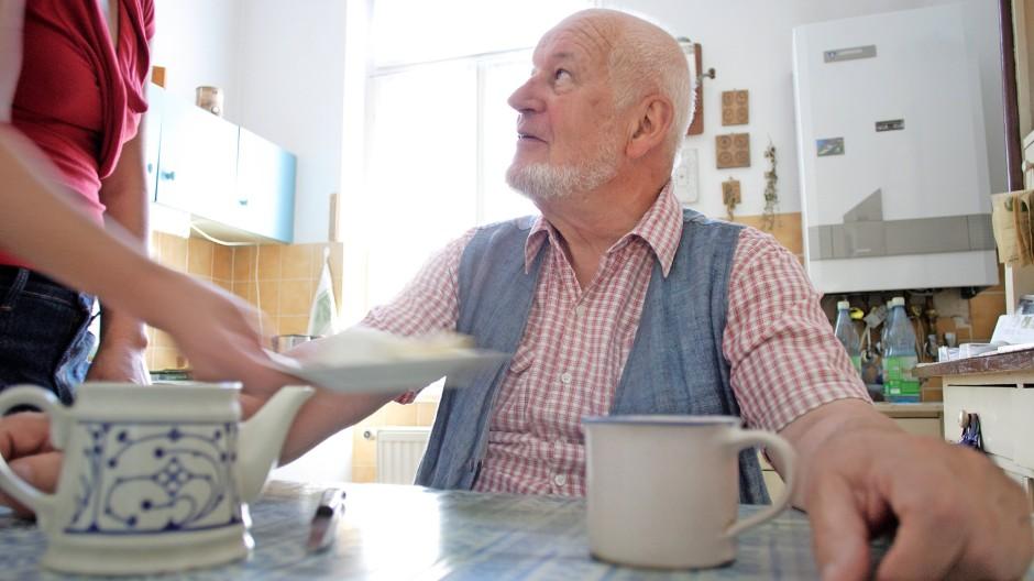 Auch Pflegehelfer haben Anspruch auf 9,60 Euro Mindestlohn.