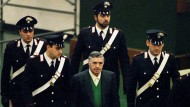 Einer der bestbewachten Kriminellen Italiens: Toto Riina 1993 auf dem Weg zur Gerichtsverhandlung