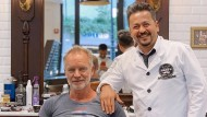 Sting und Barbier Hüssein Jumaa Abdulla in Hagi's Barber Shop in Düsseldorf