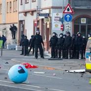 Von langer Hand geplant? Polizisten beobachten die Ausschreitungen in Frankfurt.