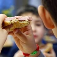 Kinder frühstücken an der Walter-Gropius-Grundschule in Berlin.