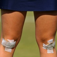 Nicht nur Sportler haben immer wieder mit Beschwerden am Knie zu tun. Das Alter führt fast bei jedem zu Knieschmerzen.