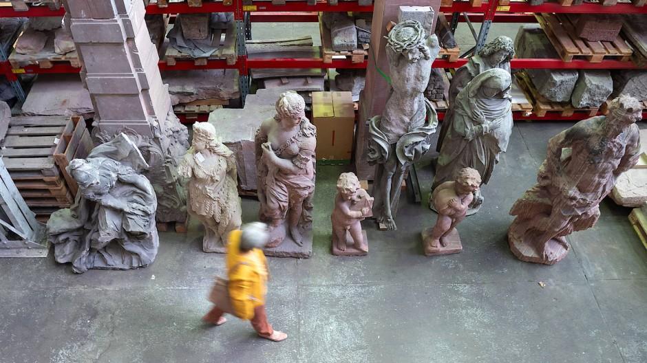 Steinerne Gäste: Im Depot des Museums geben sich Skulpturen ein Stelldichein.