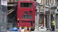 Doppeldecker-Bus kracht in Gebäude