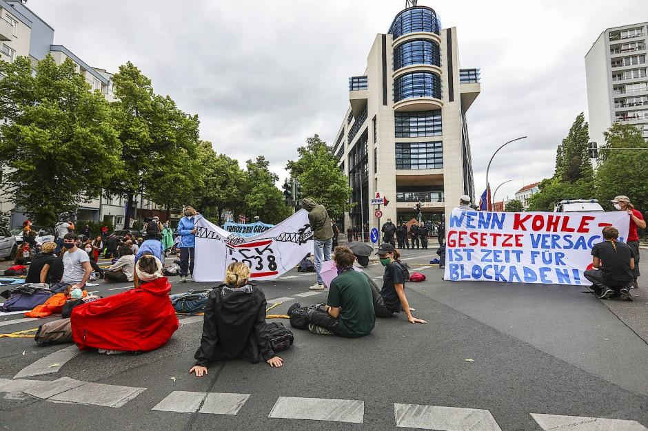 Proteste vor dem Willy-Brandt-Haus: Die Klimapolitik der SPD sorgt für Unmut.