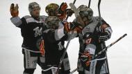 So sehen Sieger aus: Die Frankfurter Eishockey-Cracks bejubeln einen Treffer – später folgte die große Sause.
