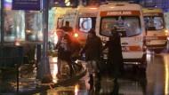 Krankenwagen vor dem Club Reina in Istanbul