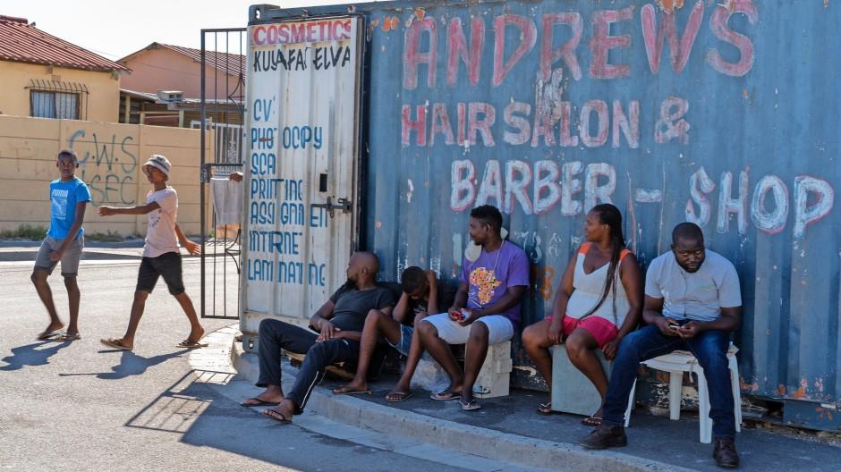 """Eine Straßenecke aus dem Kapstädter Vorort Khayelitsha, übersetzt die """"Neue Heimat"""""""