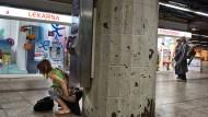 Elend in aller Öffentlichkeit: Nicht nur die Drogenhändler, sondern auch ihre Kunden dominieren in der B-Ebene des Hauptbahnhofs an manchen Stellen inzwischen das Bild.