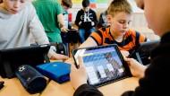 Schülern müsse im Zuge der Digitalisierung ein kritischer Umgang mit den Medien vermittelt werden, sagt Hessens Kultusminister Alexander Lorz.