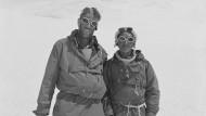 Eng verbunden: Edmund Hillary (links) und Tenzing Norgay nach der ersten Besteigung des Mount Everest 1953