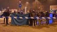 Italienische Polizisten und Einsatzkräfte der Spurensicherung am Ort der Schießerei in Mailand.