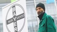 Bauern demonstrieren gegen Bayer und Monsanto