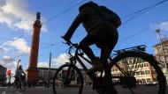 Ihnen soll es leichter gemacht werden – und sicherer: Radfahrer auf dem Darmstädter Luisenplatz