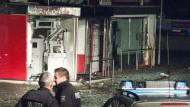 Polizisten stehen am 30.10.2015 vor einem gesprengten Geldautomaten in Kleve (NRW).