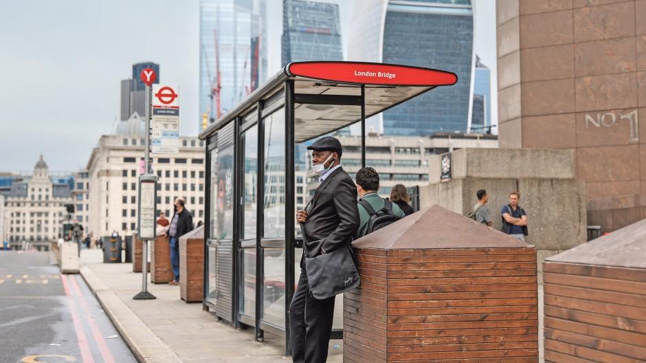 Warten auf die Lockerung: Pendler in London