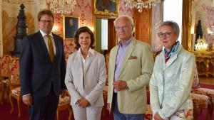 Carl Gustafs Griff zum Mobiltelefon lässt aufmerken