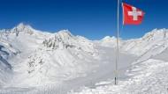 Nahe dem Eggishorn bei Fiesch (Wallis) weht die Schweizer Fahne.