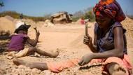 Mittels Kinderarbeit werden im Kongo teure Rohstoffe wie Kobalt und Kupfer abgebaut – später wichtige Bestandteile eines Autoakkus.