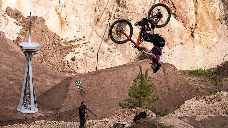 Einmal kreuz und quer durch die Luft: Mountainbike-Freestyler Sam Pilgrim bei den Audi Nines im September 2019