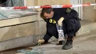 Spuren der Verwüstung im sächsischen Freital: Nach einem Anschlag auf das Büro des Linken-Politikers Michael Richter im Oktober 2015 untersucht ein Kriminaltechniker den Tatort.