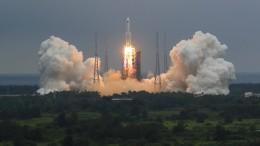 Trümmer einer chinesischen Rakete sinken unkontrolliert ab