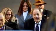 Der Angeklagte Harvey Weinstein verlässt am Freitag das Manhattan Criminal Court.