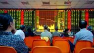 Wie stehen die Aktien? Anleger in Zhengzhou verfolgen die Kursverläufe.