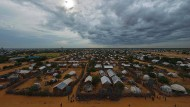 So groß wie eine Stadt, doch die Bewohner haben nur das Nötigste und hausen nicht freiwillig hier: das Flüchtlingslager Dabaab in Kenia.