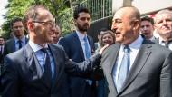 Heiko Maas, Außenminister, und Mevlüt Cavusoglu, Außenminister der Türkei, verabschieden sich nach dem Besuch der Deutschen Schule Istanbul.