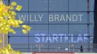 Ein frommer Wunsch: Auf diesem Archivbild aus dem Oktober 2012 dachten sie im künftigen Hauptflughafen noch das Beste