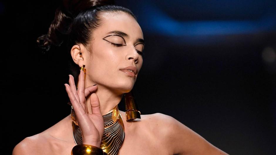 Gaultier zeigte viel Sixties-Look mit schrägen Elementen.