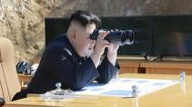 Bilder des nordkoreanischen Fernsehens zeigen Präsident Kim Jong Un angeblich bei einem Raketentest Anfang Juli.
