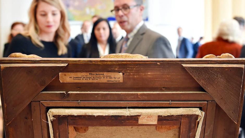Erben des jüdischen Kunsthändlers Max Stern betrachten ein Seestück von Jan Porcellis, das ihnen als NS-Raubkunst herausgegeben wurde. Im September 2021 widmet die Stadt Düsseldorf dem Fall Stern eine Ausstellung.
