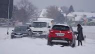 Schneefall lässt Autos in Sachsen auf einer Straße festhängen (Symbolbild).