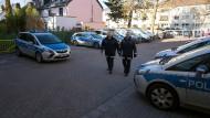 An einem sonnigen Samstag sind die freiwilligen Polizisten Dieter Herwig und Bettina Meyer auf Streife. Sie kommen von der Streife zurück in das Polizeirevier Eschersheim.