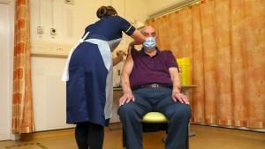 Erster Brite mit Astra-Zeneca-Vakzin gegen Corona geimpft