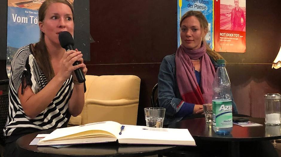 Dialog: Regisseurin Sarah Mabrouk (rechts) stellte sich am Dienstag sowohl positiven als auch kritischen Fragen der Zuschauer. Links Moderatorin Antje Lang